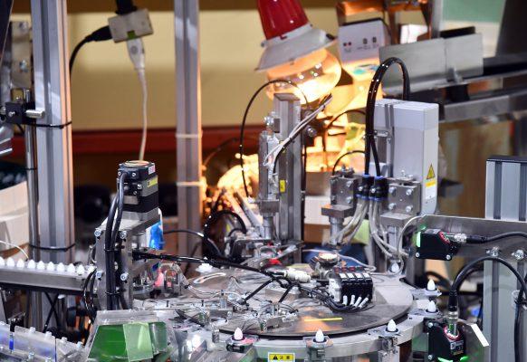 自動セット機・カメラによる欠品検査作業風景①